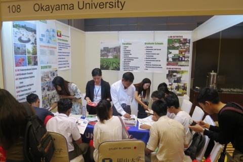 多くの学生が訪れた岡山大学ブース