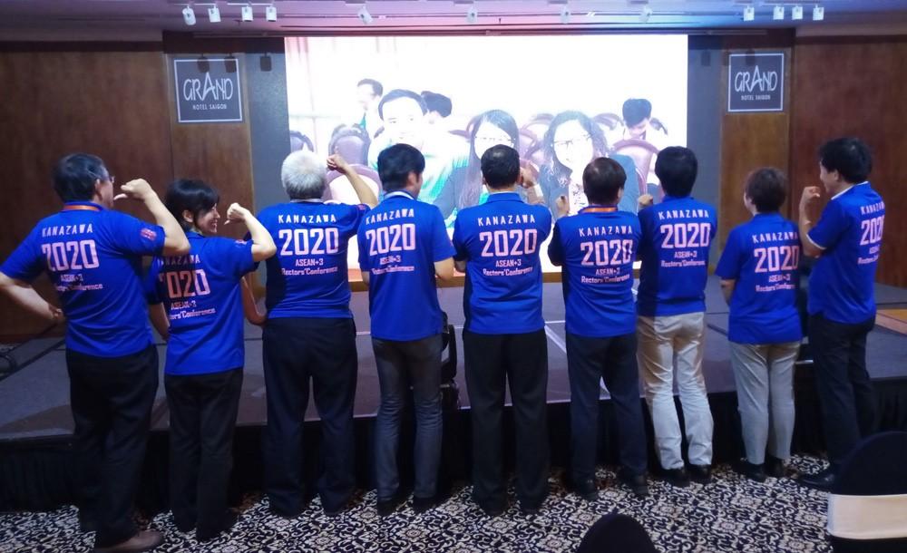 02AUN+3学長会議in2020 開催を国立六大学国際連携機構でアピールする様子