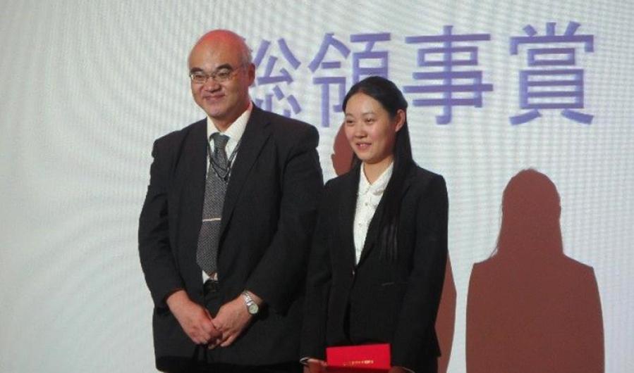 総領事賞を授賞した常さん(右)と、杉田副総領事