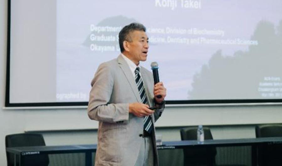 講演する竹居教授